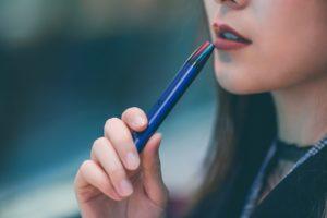 chica joven fuma cigarrillo electronico cardiologo cartagena